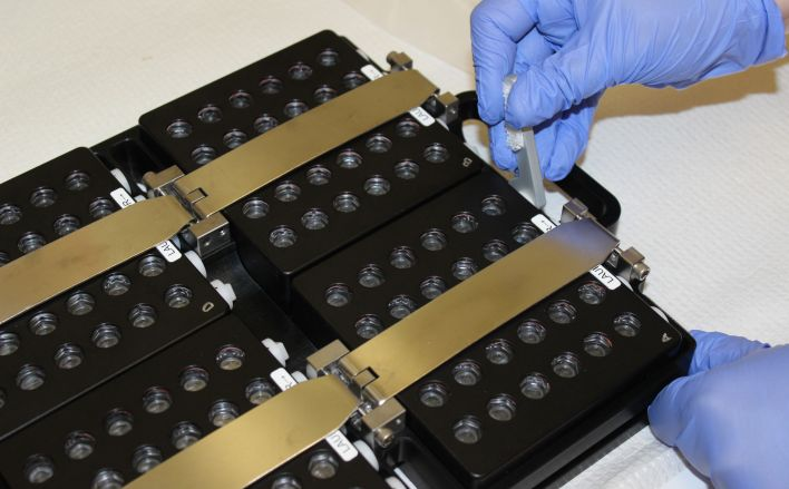 Hardware tray for vapor diffusion protein samples