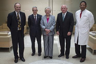 Governor Tours Comprehensive Cancer Center
