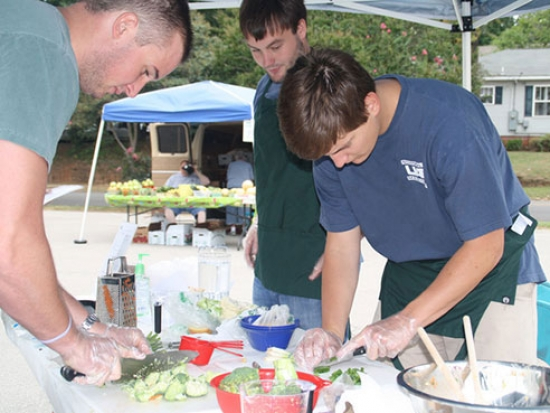 Med students share low-cost, healthy recipes at Birmingham farmers market