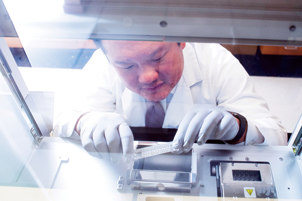 Eddy Yang, M.D., Ph.D., a faculty member in the Phase I Clinical Trials Program at the O'Neal Comprehensive Cancer Center, works in his research laboratory in the Hazelrig Salter Radiation Oncology Center at UAB in January 2019.